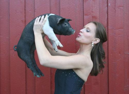 "She never did ""Beauty & the Beast"", but posing with a cute piglet made a wonderful photo! (Foto: from Gunda's private collection)"