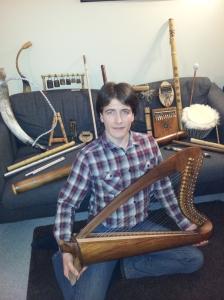 Leonid med en del av instrumentene han selv har bygget!